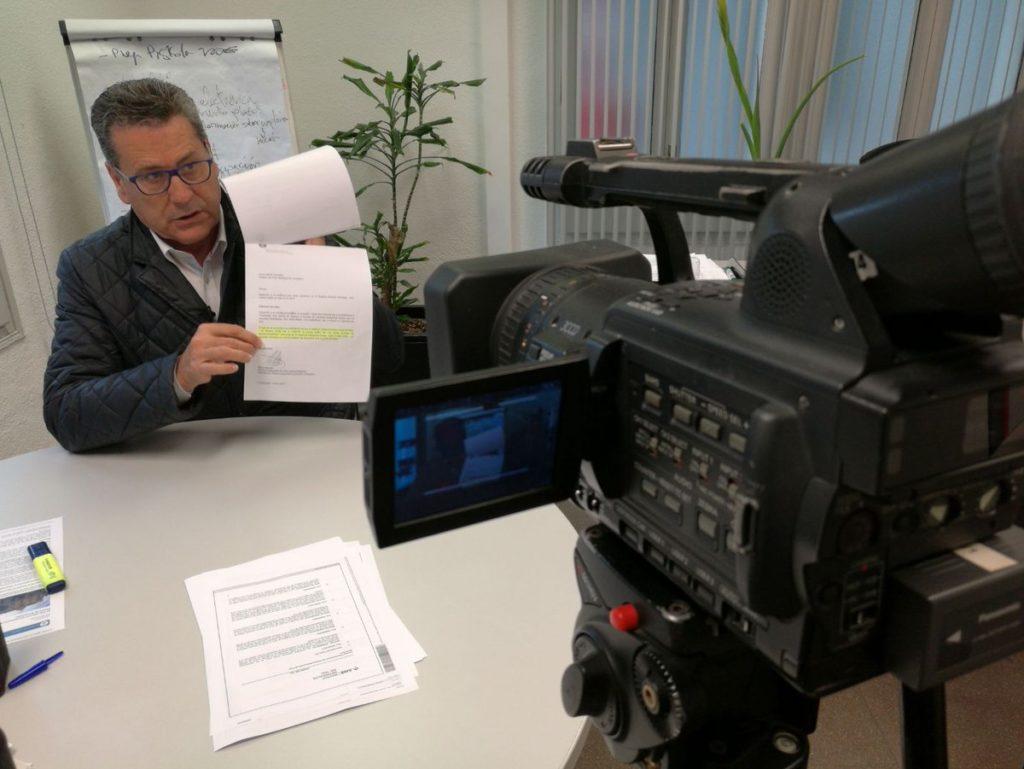 El portavoz de Cs de l'Hospitalet muestra el documento que niega el preacuerdo