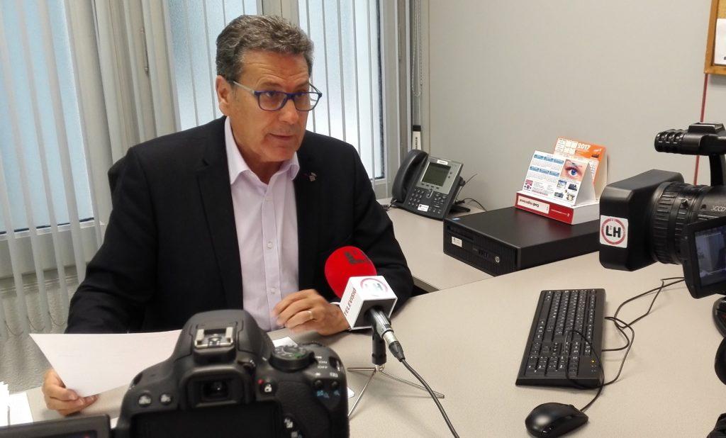 Miguel García, portavoz de Cs l'Hospitalet, explica a los medios las mociones que presentarán en el pleno