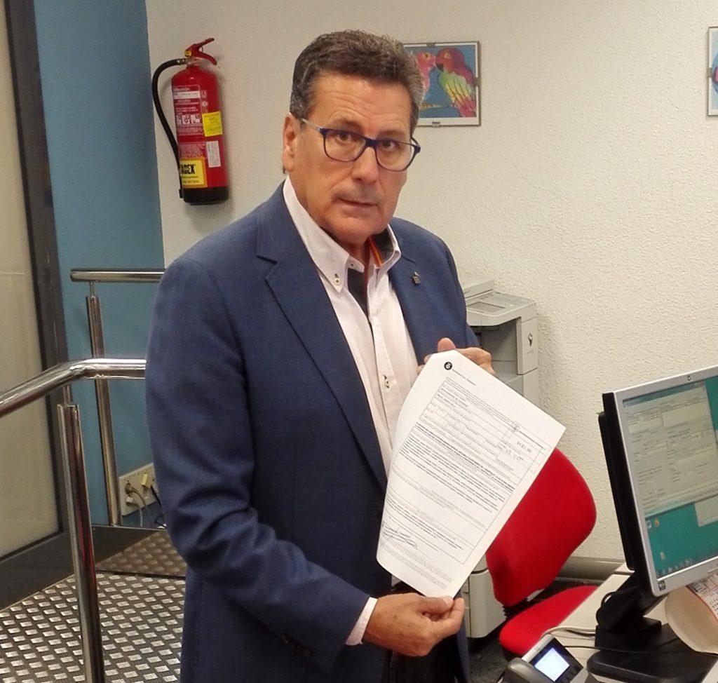 El portavoz de Cs l'Hospitalet, Miguel García, presenta la instancia en el Registro General del Ayuntamiento