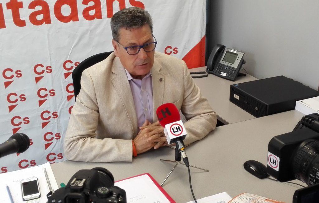 El portavoz de Cs l'Hospitalet, Miguel García, presenta las mociones a los medios locales