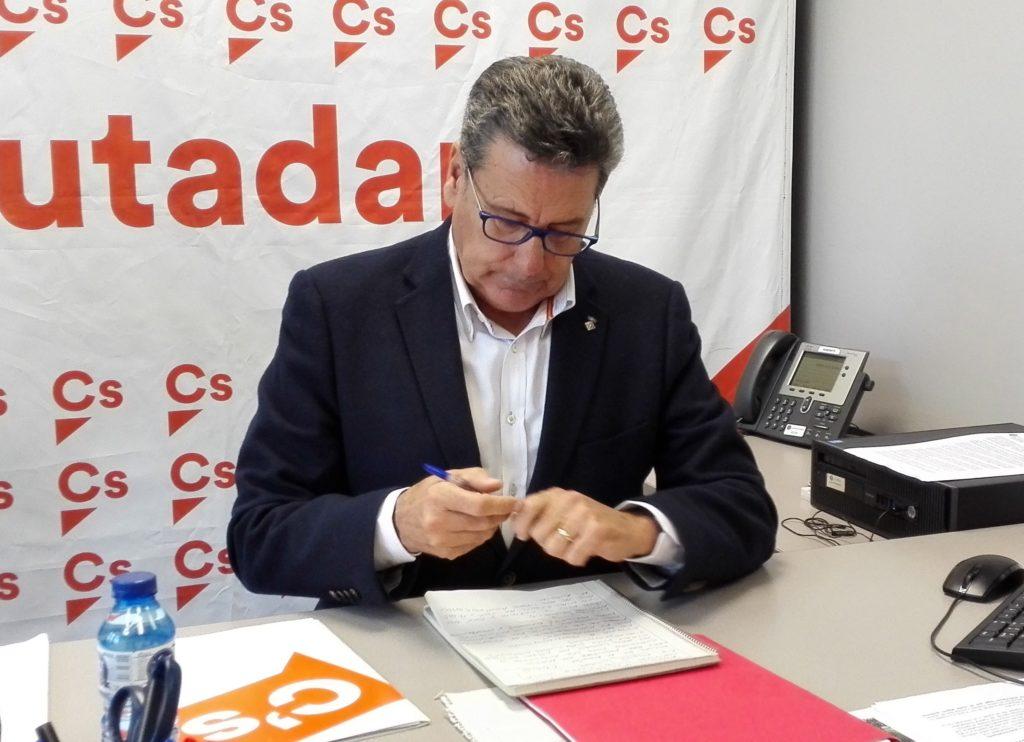 Miguel García, portavoz de Cs l'Hospitalet, firma la denuncia presentada ante la Junta Electoral
