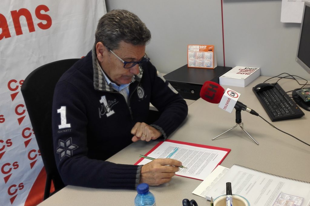El portavoz de Cs l'Hospitalet, Miguel García, durante un encuentro con los medios locales