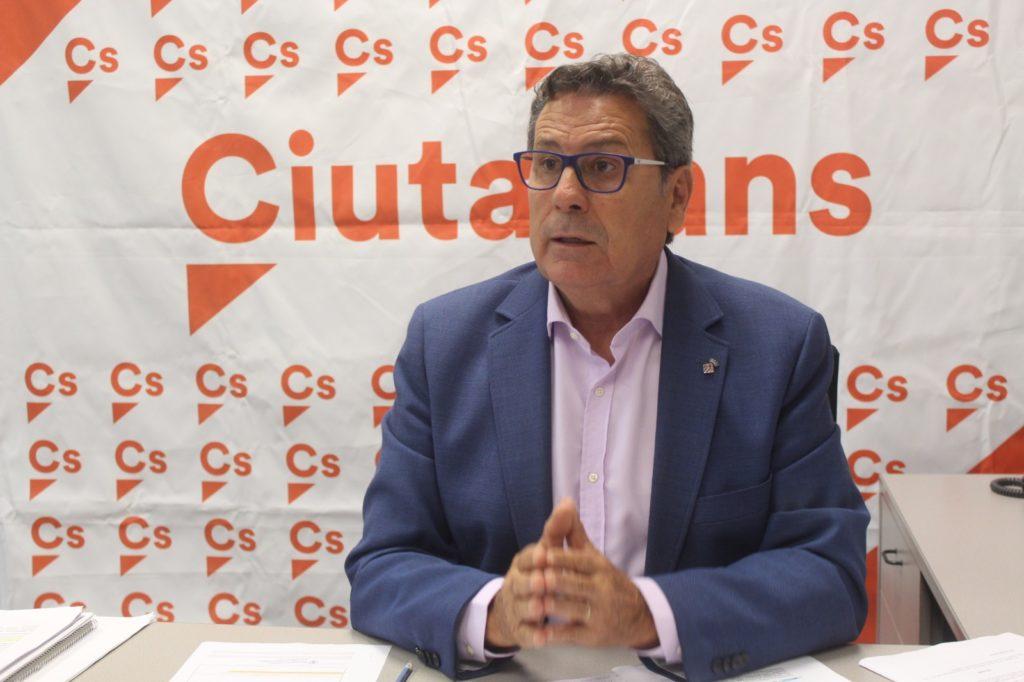 El portavoz de Cs l'Hospitalet, Miguel García, durante una rueda de prensa