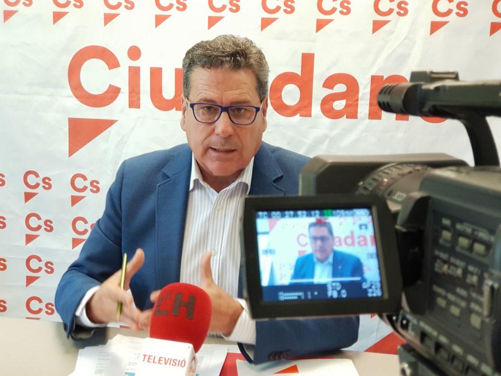 El portavoz de Cs en l'Hospitalet, Miguel García, durante una rueda de prensa