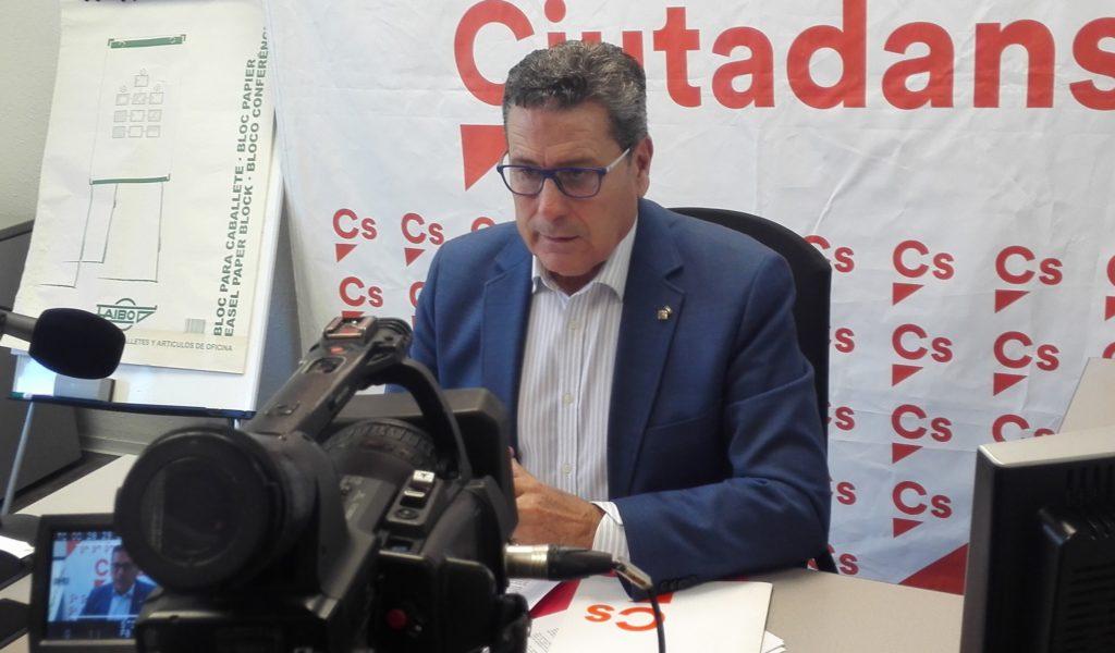 El portavoz de Cs en l'Hospitalet, Miguel García, atiende a los medios de comunicación