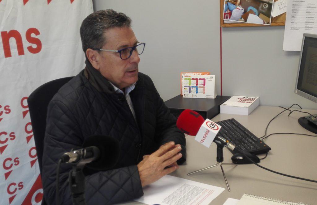El portavoz de Cs en l'Hospitalet, Miguel García, durante la rueda de prensa