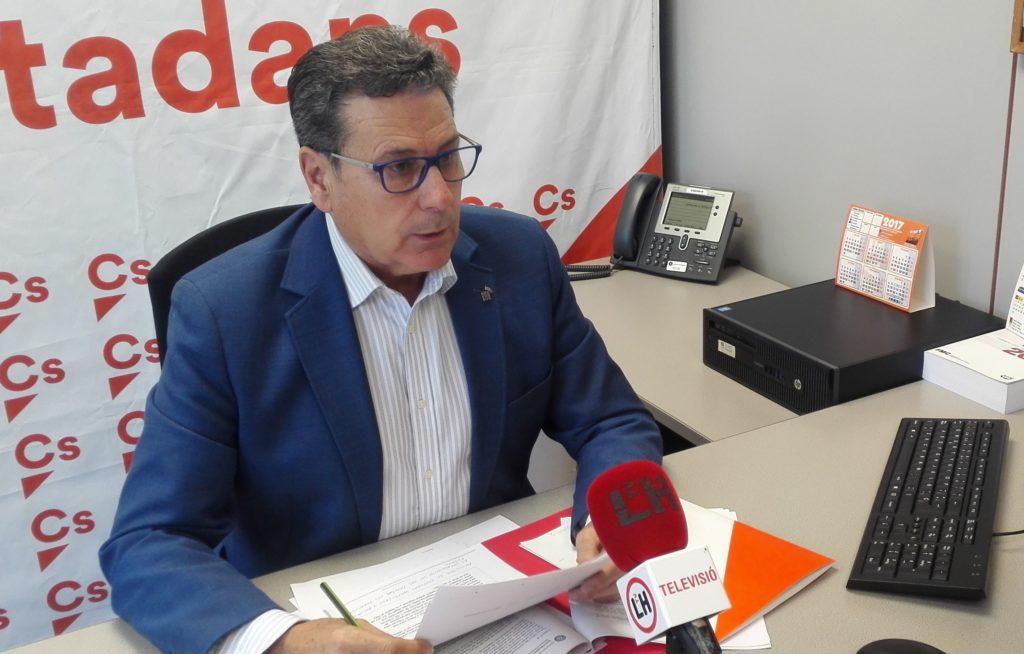 El portavoz de Cs en l'Hospitalet de Llobregat, Miguel García, atiende a los medios locales