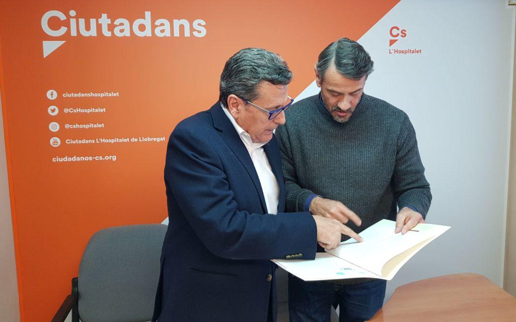 El portavoz de Cs lHospitalet, Miguel García, repasa las cuentas del partido junto al concejal Rainaldo Ruiz