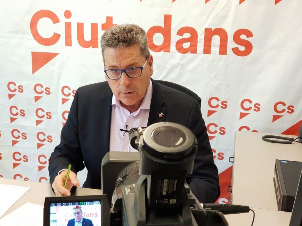 El portavoz de Cs l'Hospitalet, Miguel García, durante la rueda de prensa