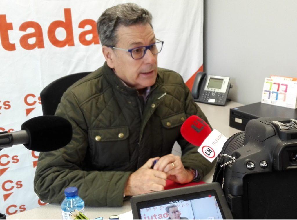 Miguel García, portavoz de Ciudadanos (Cs) en l'Hospitalet, atiende a los medios locales