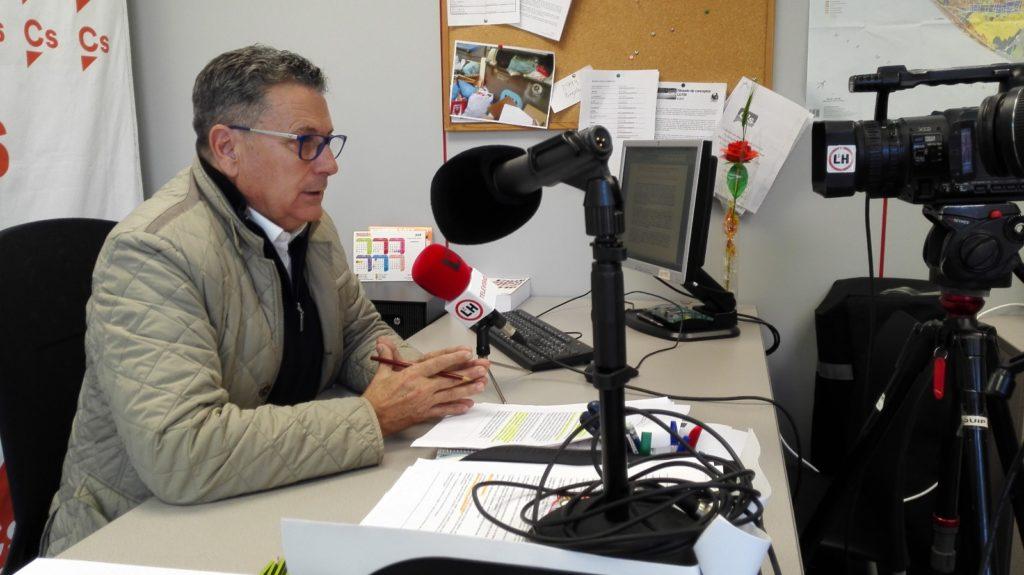 El portavoz de Cs l'Hospitalet, Miguel García, atiende a los medios locales