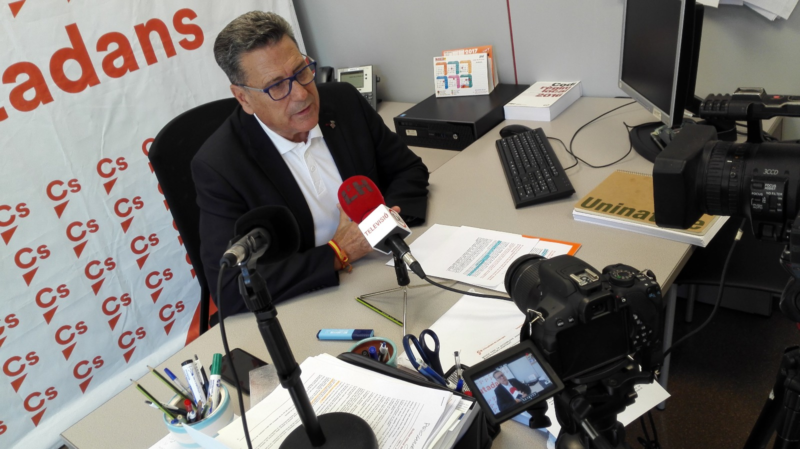 El portavoz de Cs en l'Hospitalet, Miguel García, atiende a los medios locales en rueda de prensa