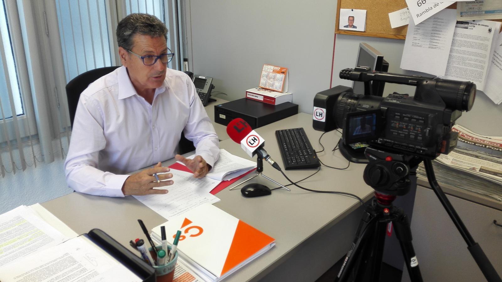 El portavoz de Cs en l'Hospitalet de Llobregat, Miguel García, atiende a los medios de comunicación