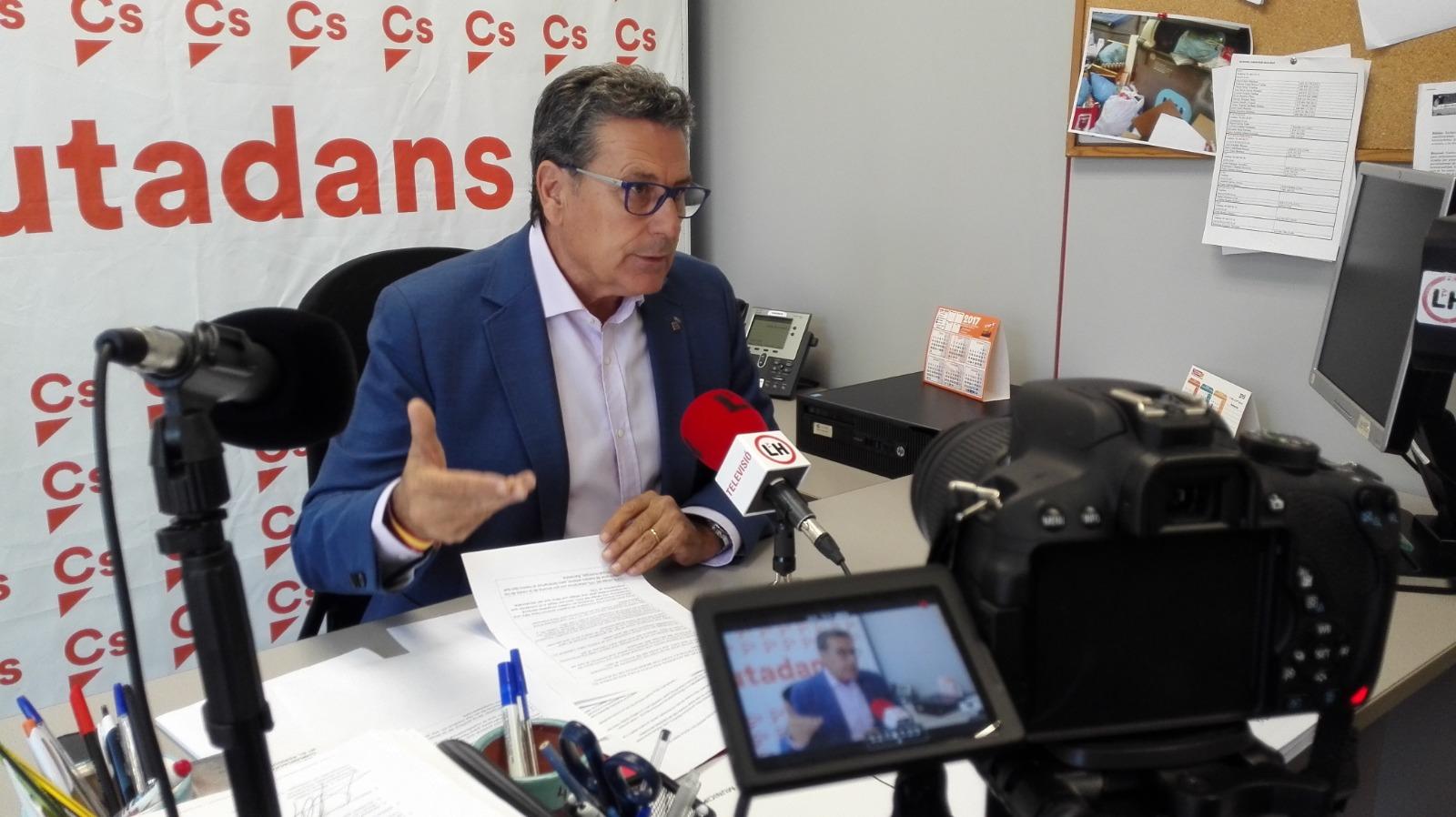 El portavoz de Cs en l'Hospitalet de Llobregat, Miguel García, durante una rueda de prensa