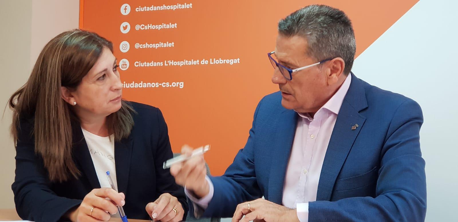 Miguel García, portavoz de Cs lHospitalet, junto a Fernanda Sánchez, nueva militante de la agrupación