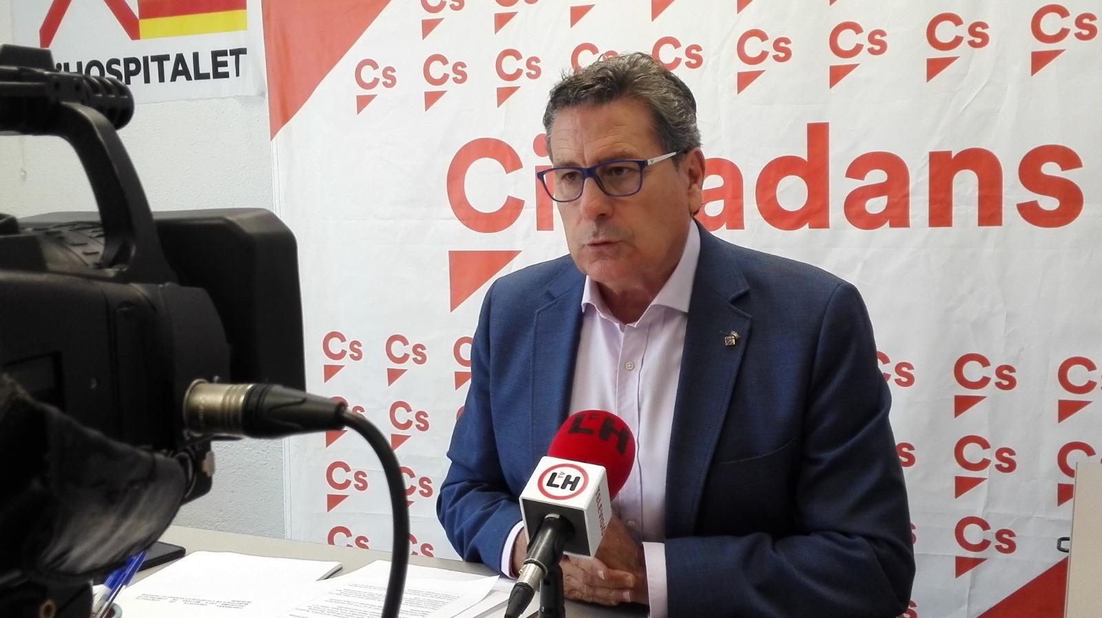 El portavoz de Cs l'Hospitalet, Miguel García, atiende a los medios de comunicación en rueda de prensa