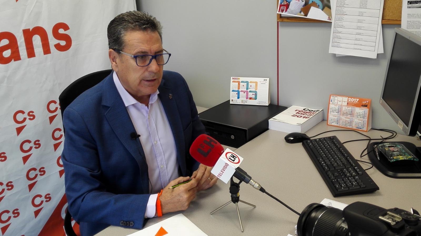 El portavoz de Cs l'Hospitalet, Miguel García, atiende a los medios en rueda de prensa