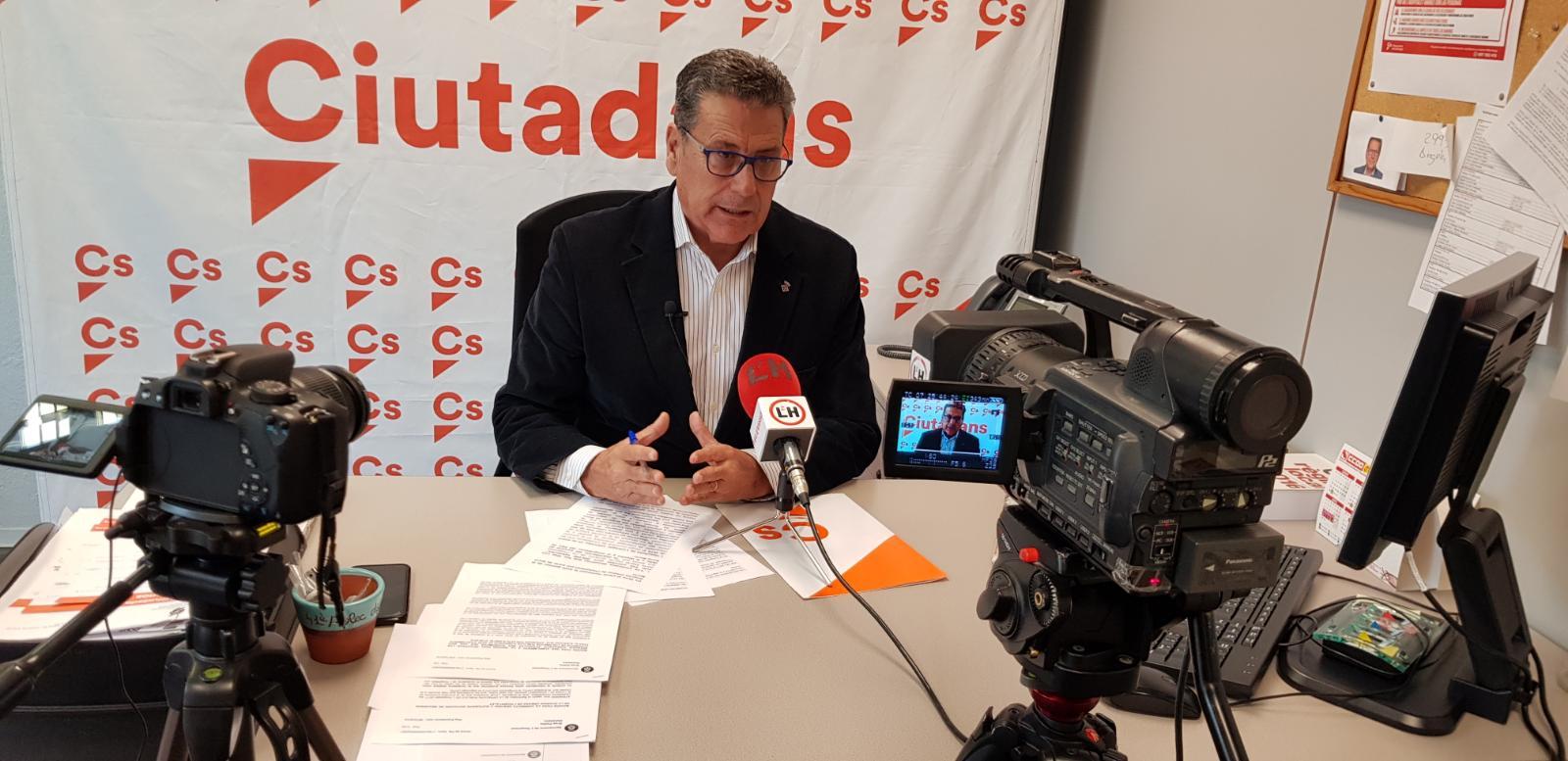 El portavoz de Cs l'Hospitalet, Miguel García, atiende a los medios de comunicación