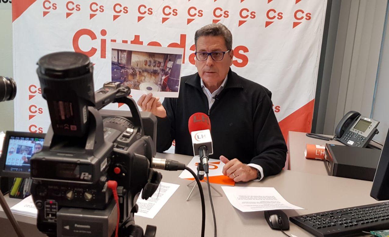 El portavoz de Cs lHospitalet, Miguel García, durante una rueda de prensa