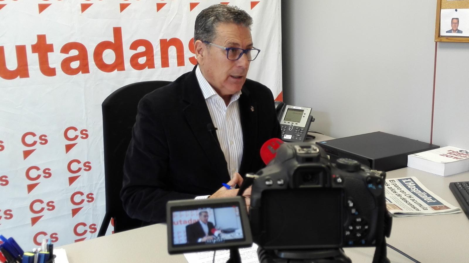 El portavoz de Cs en l'Hospitalet, Miguel García, atiende a los medios de comunicación locales