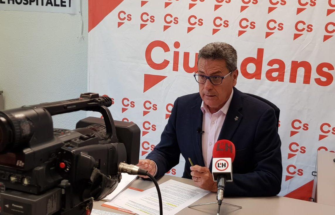 Miguel García, portavoz de Cs lHospitalet, atiende a los medios locales en rueda de prensa